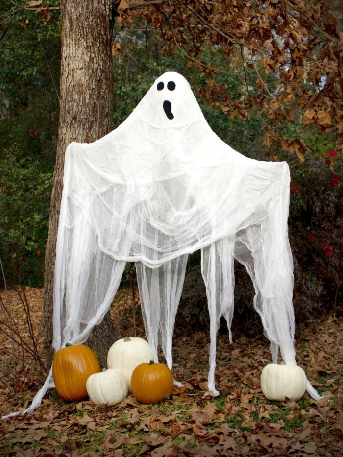 DIY Halloween decoration for a spooky outdoor atmosphere2