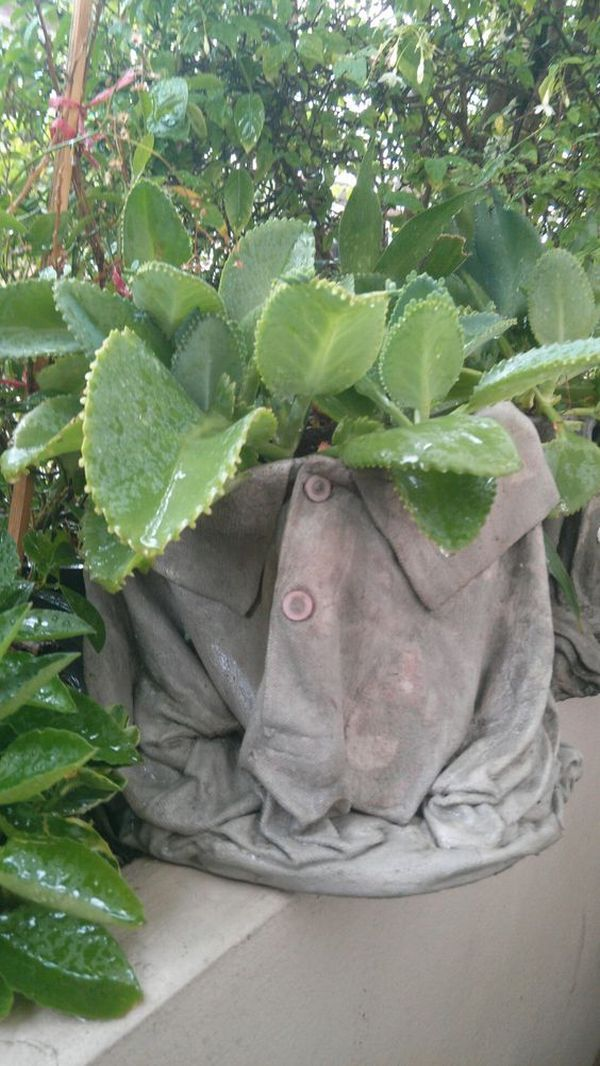 diy pots in the garden made of cement and old clothes (2)