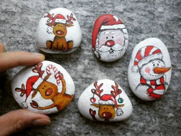 Christmas painting on stones and pebbles (57)