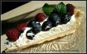 Tarta z bitą śmietaną, malinami i borówkami