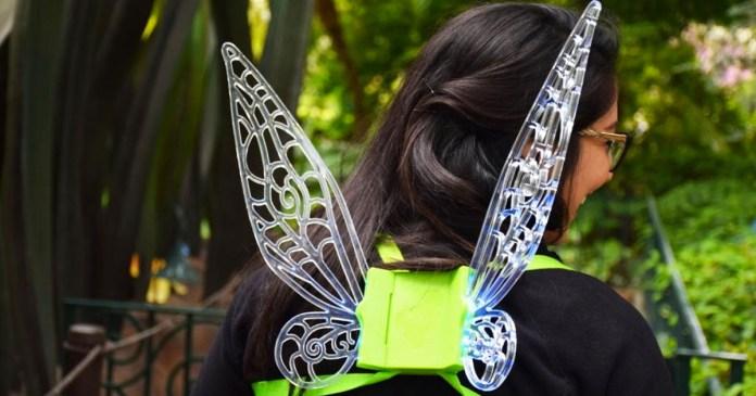 """Tinker Bell Glow Wings """"title ="""" Tinker Bell Glow Wings """"/> </a></div>         <p> De nouvelles ailes de préchauffage inspirées de votre fée du lutin préféré, Tinker Bell, sont désormais disponibles à certains endroits des complexes Disneyland et Walt Disney World. [19659003] Nouvelles ailes lumineuses de Clochette à vendre dans les parcs Disney. <a href="""