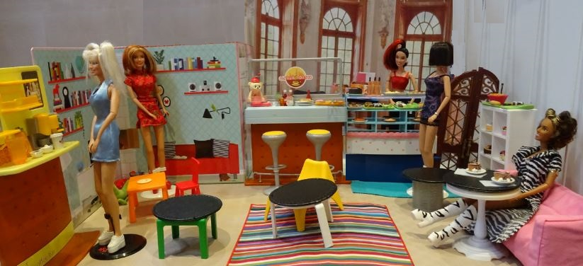 Barbie size Spice Girls Cafe Bar (1)
