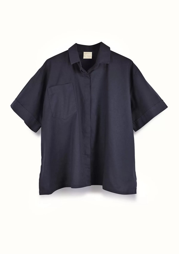 Dark blue short sleeve shirt made from organic and recycled cotton - front