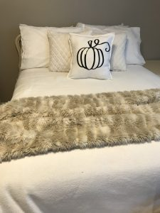Read more about the article Easy DIY Farmhouse Pumpkin Pillow