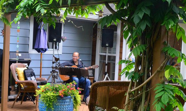 All stops on the tour featured live music.  Here Michael Martinez plays some catchy Brazilian jazz at the home of Sam Christensen and Paul Kandel.