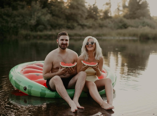 summer-on-the-lake-engagement-photos-10