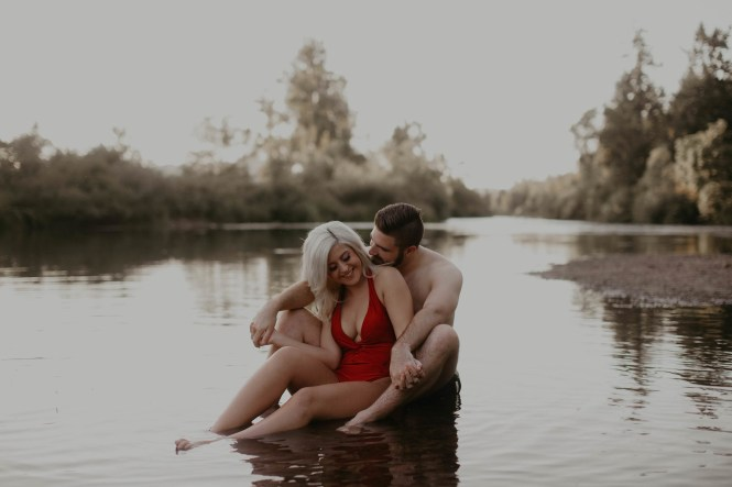 summer-on-the-lake-engagement-photos-23