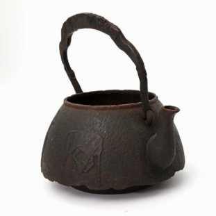 Bouilloireen fonte époque Edo, décor de chevaux-