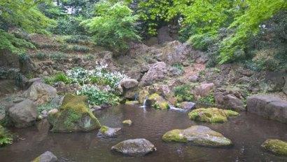 petite cascade et amoncellement de pierres au Rigaku'en