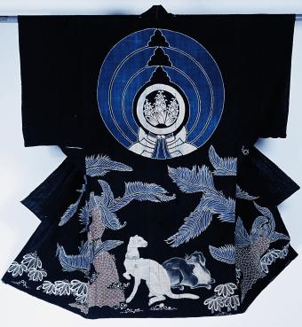 Tsutsugaki-kimono, Kimono pour la nuit (yogi). Motif Sotestu (arbre japonais) et chiens occidentaux, Japon, toile de coton, tsutsugaki, 158,1 x 145,1 cm.