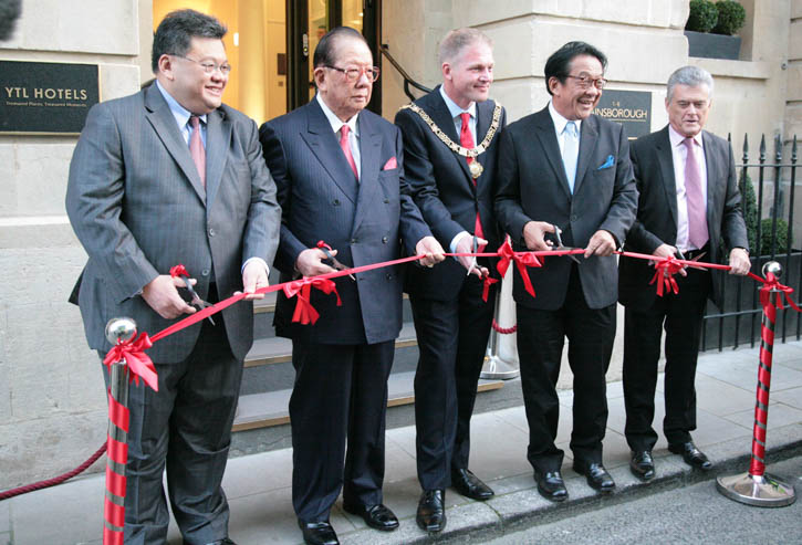 Cutting the Ribbon by the Dignitaries – Dato Mark Yeoh (YTL Hotels), Tan Sri Dato Yeoh Tiong Lay (YTL), His Right Worshipful – Mayor of Bath – Cllr William Sandry, Tan Sri Francis Yeoh (YTL), Colin Skellett, Chairman of Wessex Water.