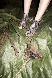 Die Lederstiefeletten von Sioux im Schlangenlook haben nur einen kleinen Blockabsatz und sind so auch in der Schwangerschaft bequem.