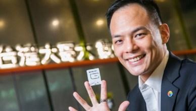 台灣大總座林之晨開箱秀全台首張5G SIM卡