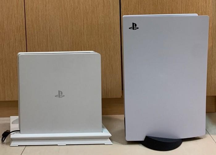 PS4主機與PS5主機擺放一起比較