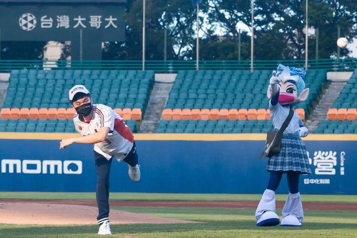 林昀儒第一次站上投手丘為職棒開球。