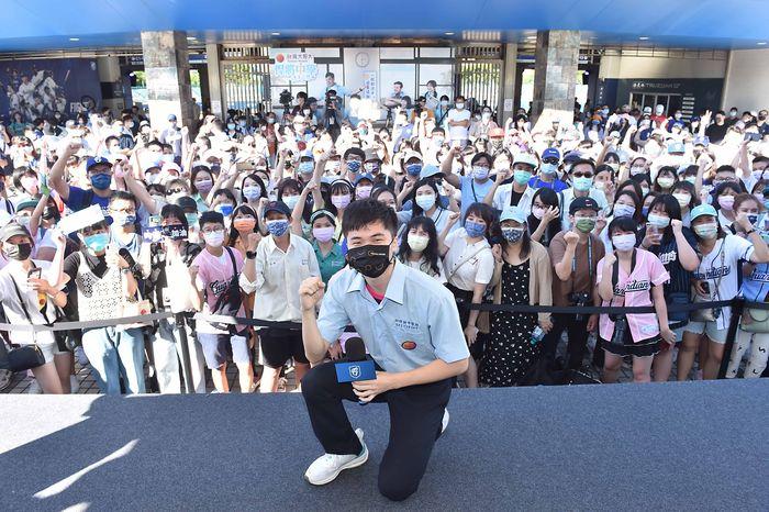 林昀儒與現場球迷粉絲歡樂互動,充分展現出「國民同學」親民的一面。