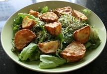 Salade met gebakken aardappels