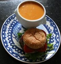 Wortelsoep met een broodje hamburger