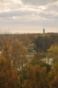 Вид на обелиск с высоты птичьего полёта