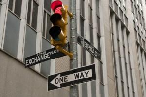 Светофоры и указатели на улицах города