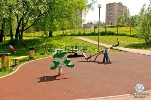 Детская площадка около пруда
