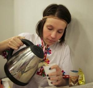 Мария наливает чай масала