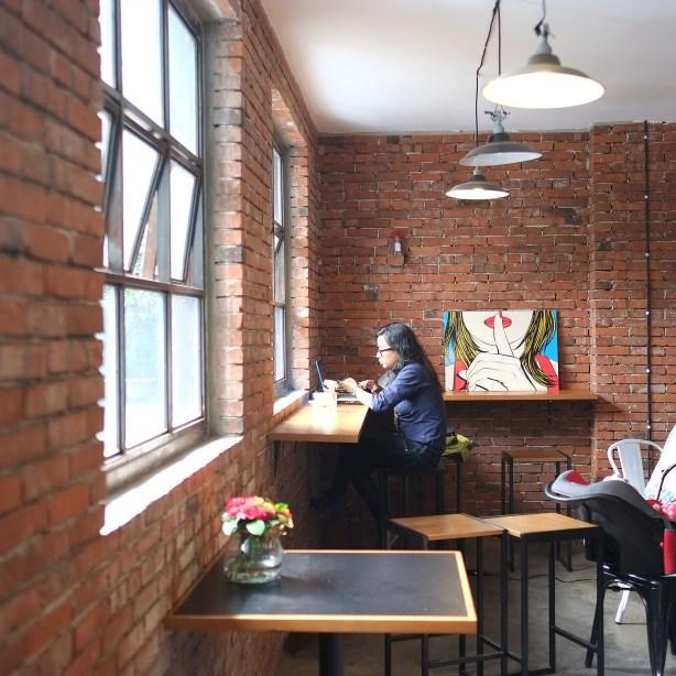 Salah satu pojokan di Two Hands Full Coffee Bandung by Myfunfoodiary