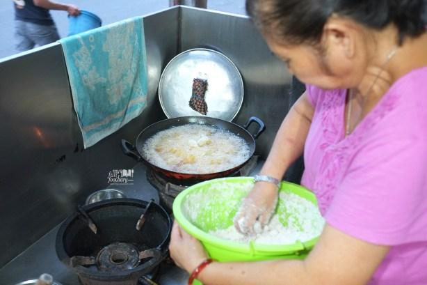 Proses Menggoreng Swike Karang Anyar Bandung by Myfunfoodiary