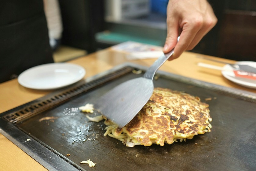 Third Step Turn Over Okonomiyaki at Tsuruhashi Fugetsu Dotonbori Osaka by Myfunfoodiary