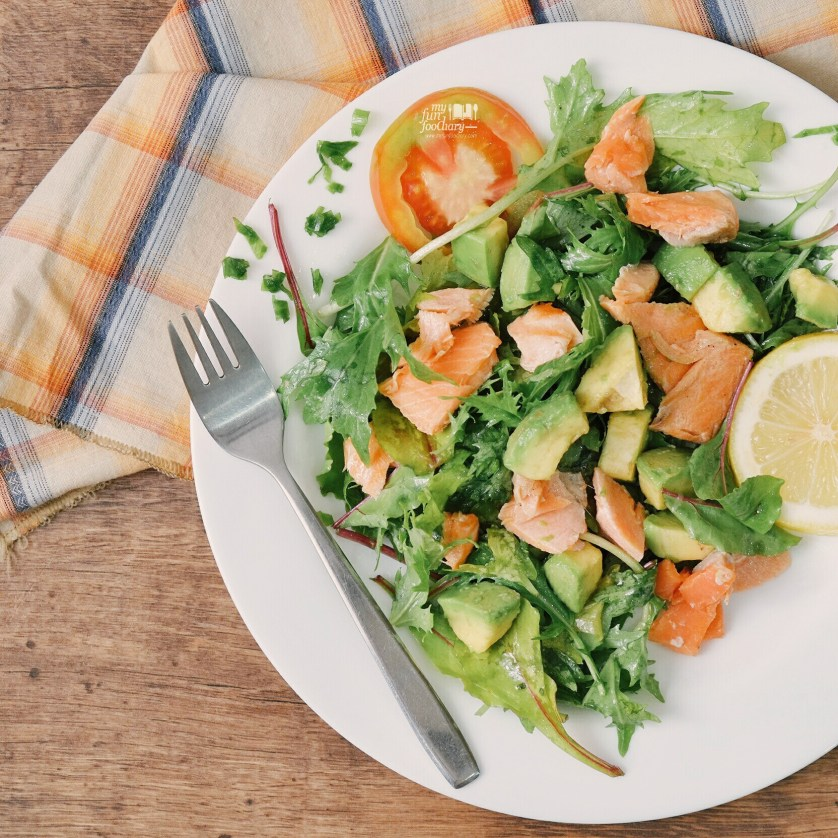 Pan Seared Salmon Salad with Lemon Dressing at home by Myfunfoodiary