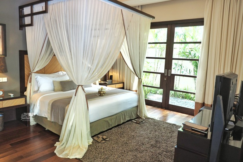 Spacious and romantic bed room setting at Villa De Daun Kuta Bali by Myfunfoodiary