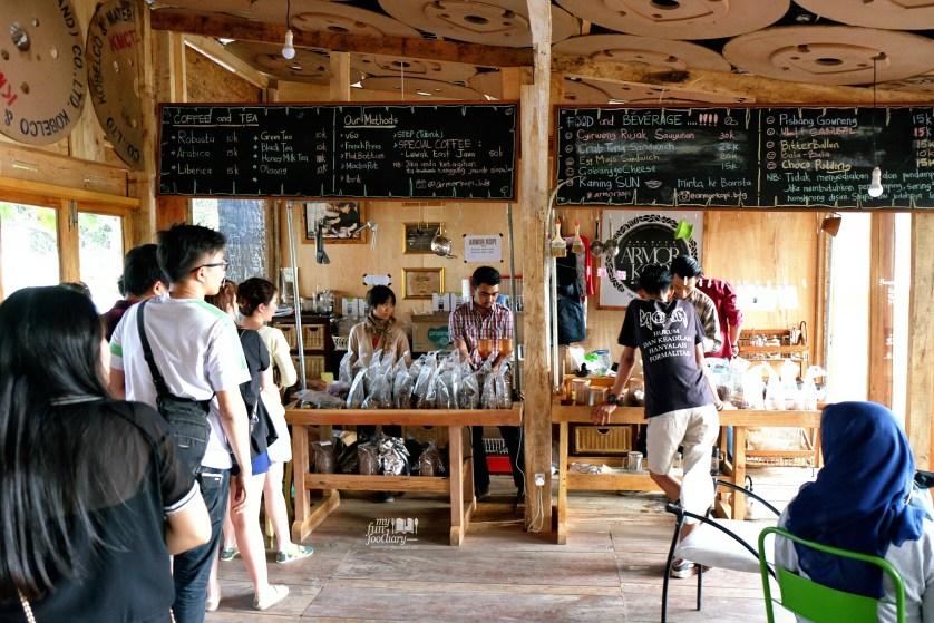 Antrian panjang di Armor Kopi Bandung by Myfunfoodiary