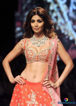 shilpa-shetty-hot-and-sexy-deep-cleavage-and-navel-photos-at-lakme-fashion-week-2016-1