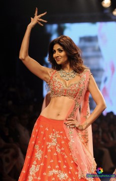 shilpa-shetty-hot-and-sexy-deep-cleavage-and-navel-photos-at-lakme-fashion-week-2016-4