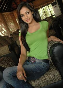 sonal-chauhan-in-a-hot-green-t-shirt-and-sexy-jeans-15
