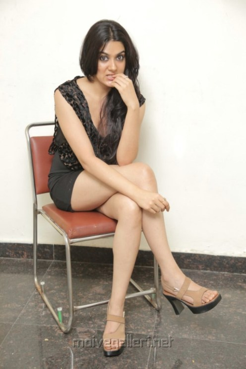 actress_sakshi_chowdary_hot_pics_black_short_dress_31fc68c