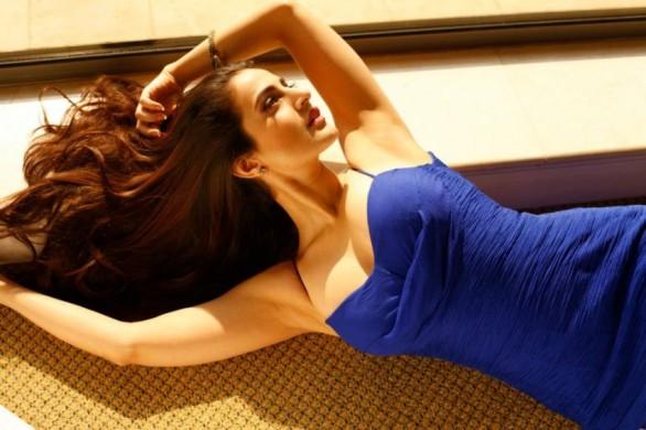 indian-bollywood-actress-amisha-patel-hot-and-sexy-bikini-photos-5-586x390