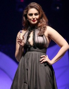Huma-Qureshi-hot-sexy-dress