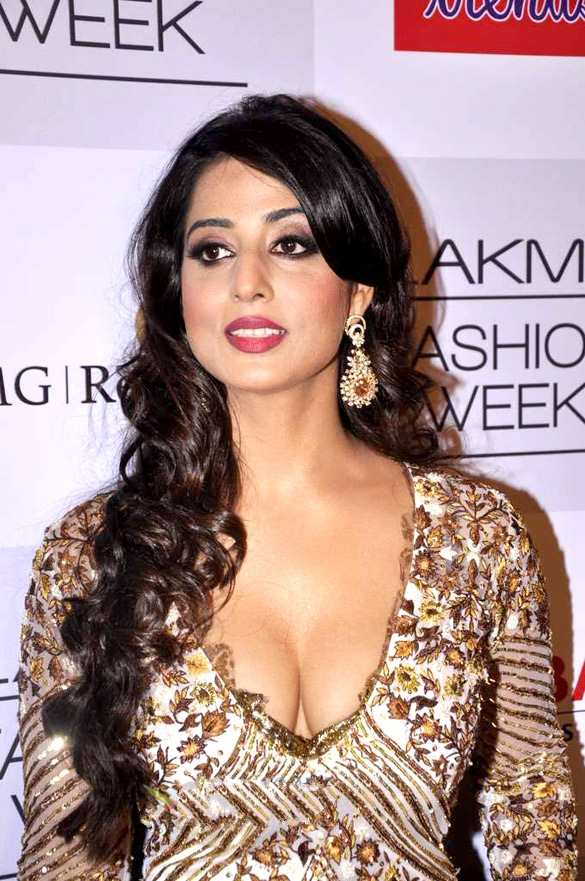 Mahie_Gill_at_the_Lakme_Fashion_Week_2013_-_Day_3