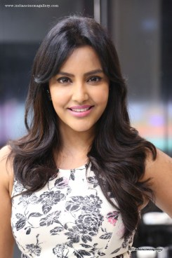 Priya-Anand-at-Essensuals-Tony-And-Guy-Salon-Launch-(3)1058