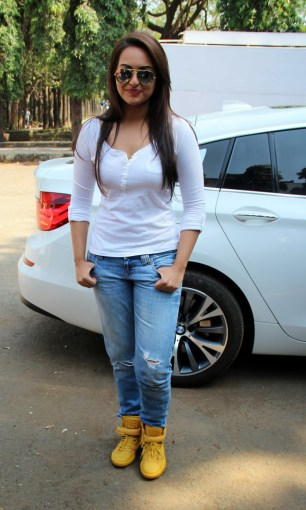 Sonakshi Sinha Latestl Pics in White T-Shirt (2)