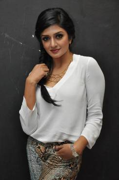 Vimala-Raman-Photos-in-jeans-19