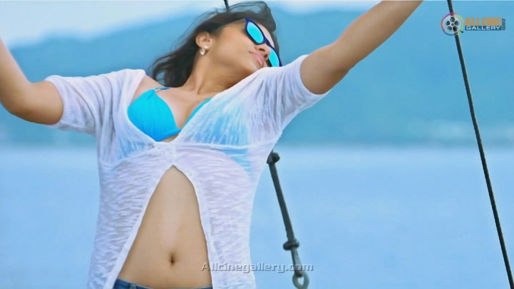 Trisha-Hot-Bikini-Images-At-Aranmanai-2-Movie-09