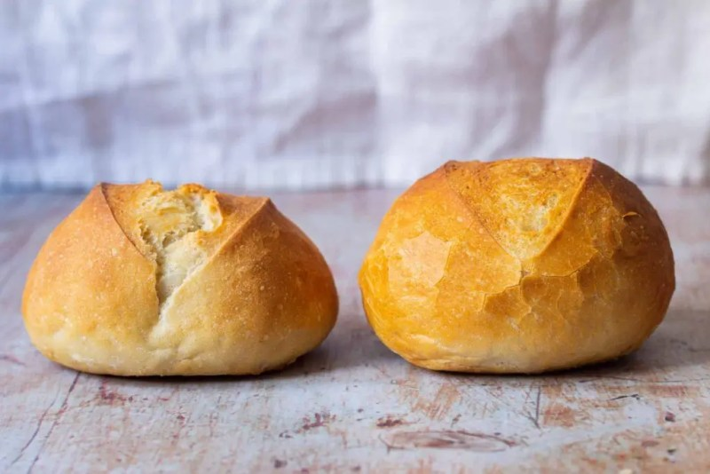 Bread roll with and wihtout dough improvers side by side