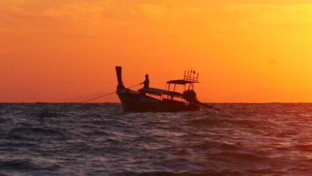 Un pêcheur au lever de soleil