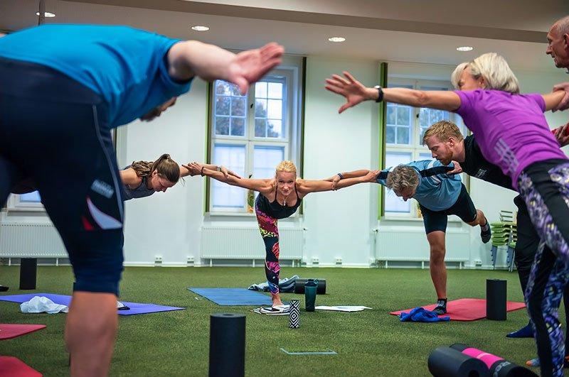 Yoga-Praxis im Saal des IBS