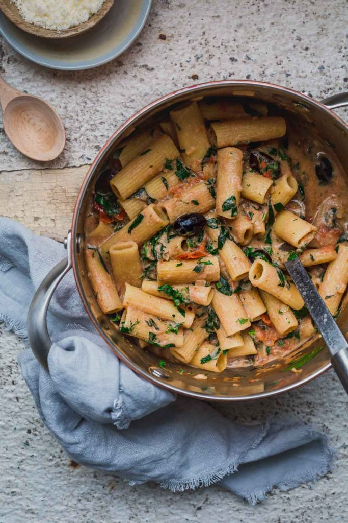 A large pot of freshly cooked 1-pot creamy tomato vegan pasta