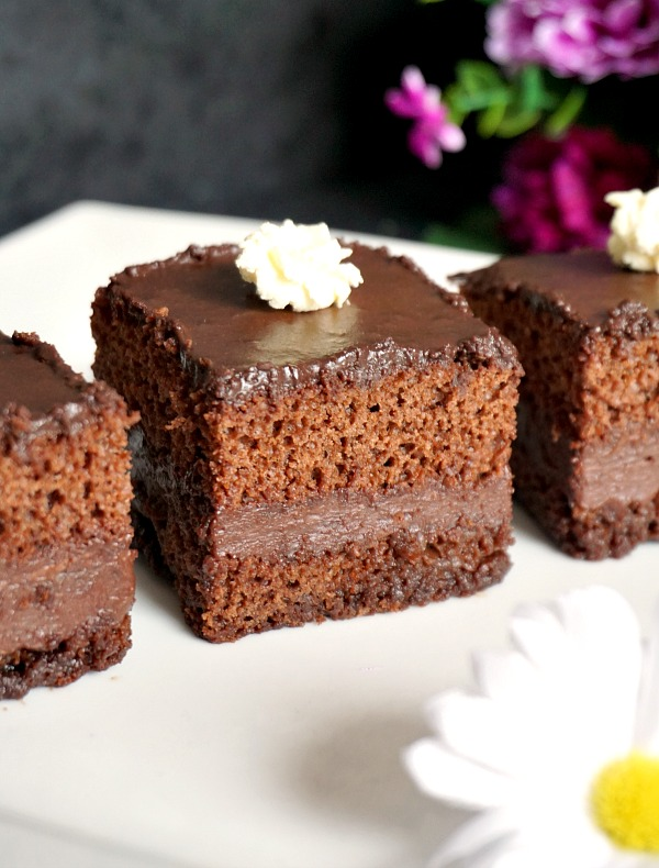 Chocolate cake with nutella fillingChocolate cake with nutella filling