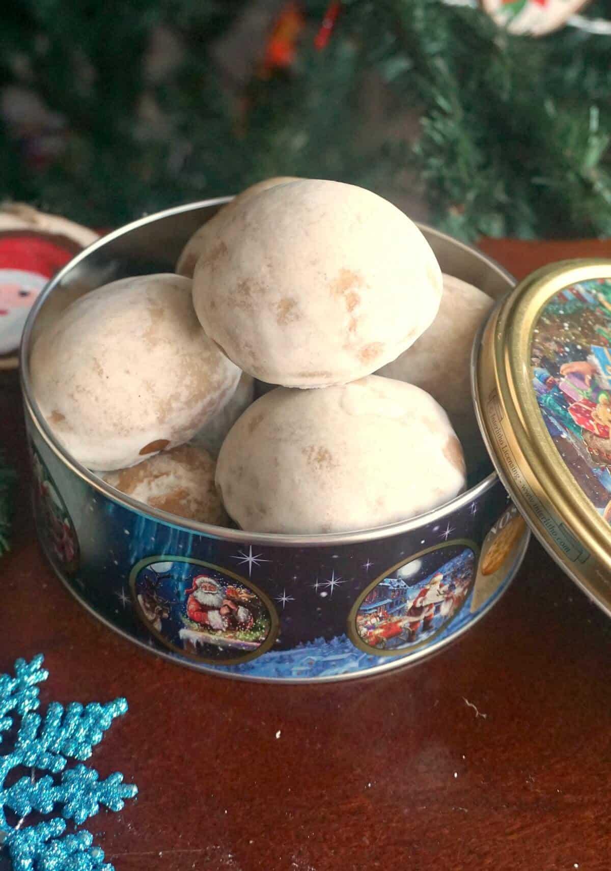 A tin of lebkuchen cookies