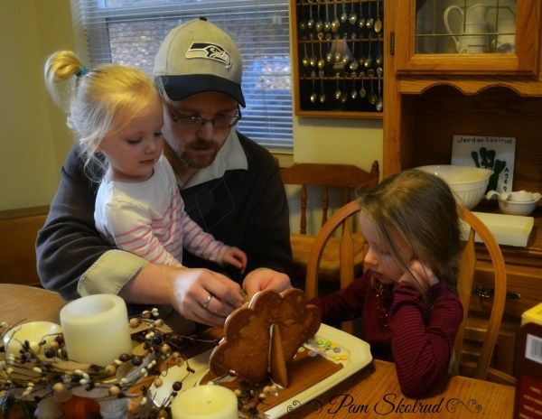 27-daddy-helped-his-girls-put-together-a-gingerbread-turkey